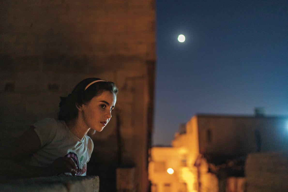 Sedil al-Mohammad se tient sur le toit de sa maison. Âgée de 12 ans, elle interroge ...