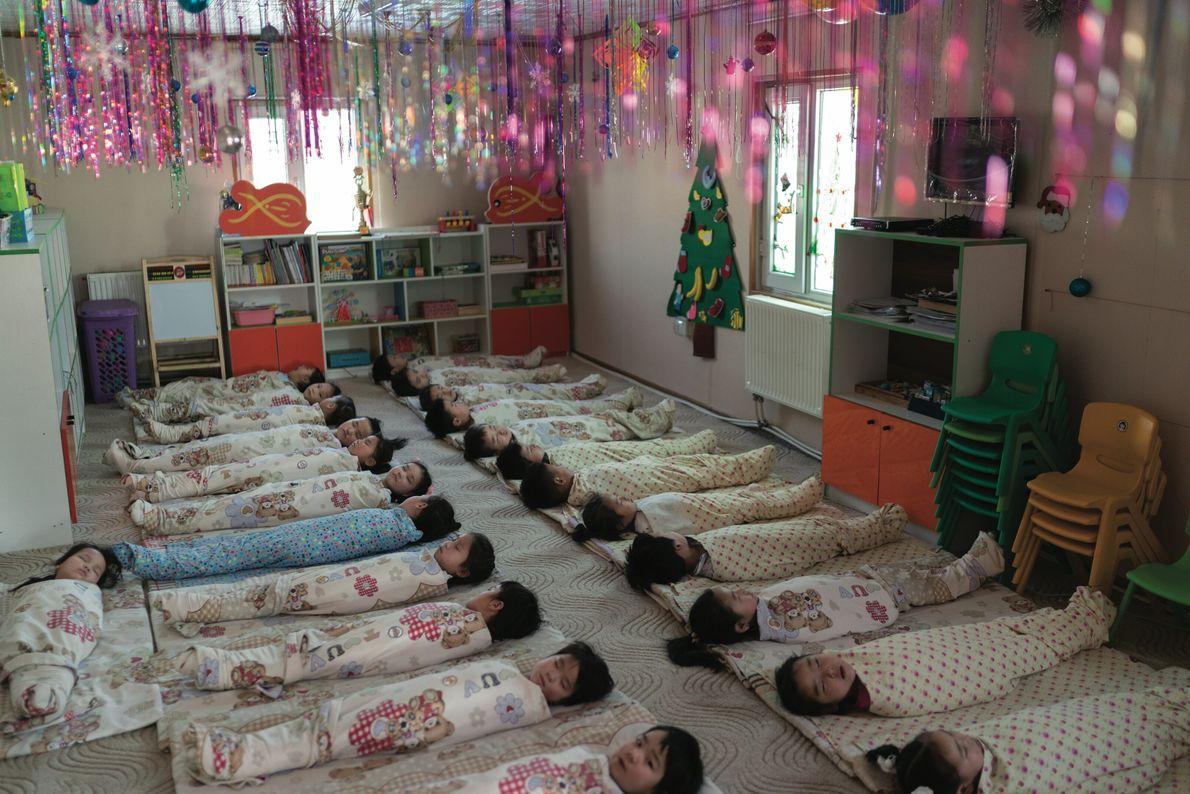 Des enfants font la sieste dans une garderie à Oulan-Bator. La pièce est équipée de purificateurs ...