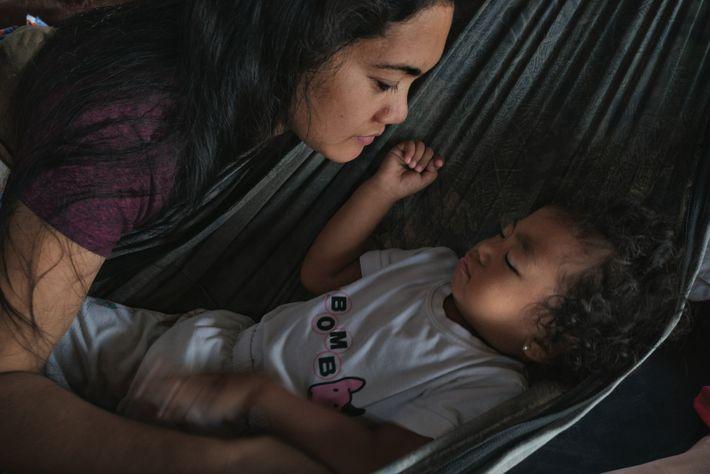 Dans la province de Bataan, Amy Villaruel met sa fille Jazzy au lit. La vie des ...