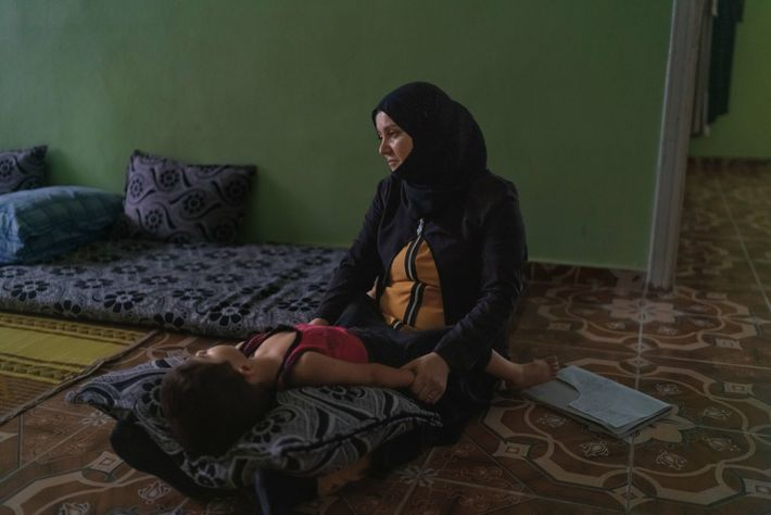 Dans sa maison d'Urfa, Khadija al-Mohammad met au lit son fils Ahmad, âgé de 3 ans. ...