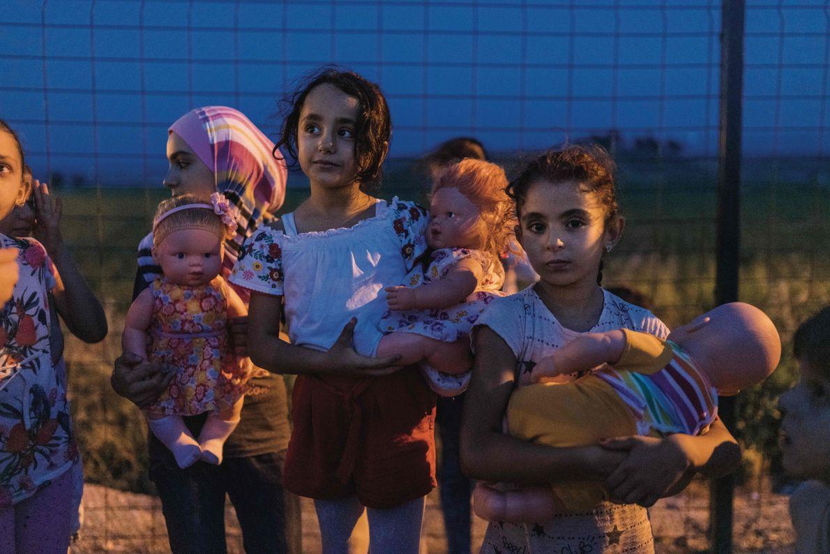 Dans le camp de réfugiés de Boynuyogun, situé dans la province de Hatay, de jeunes Syriennes ...