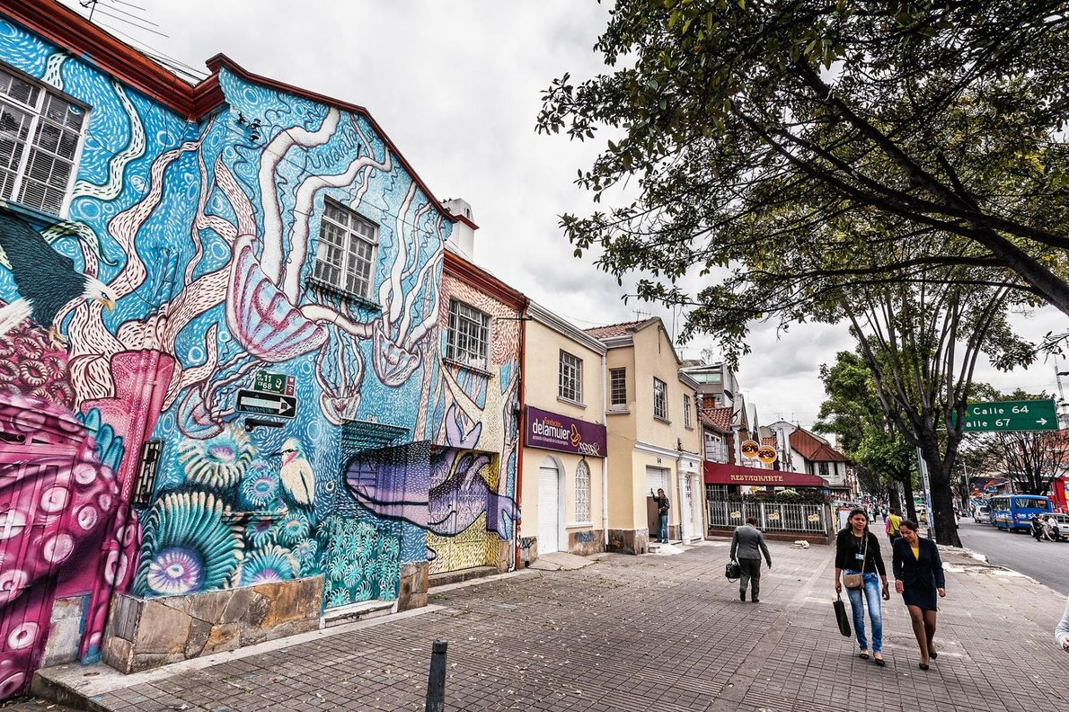 Le quartier de La Candelaria, situé en centre-ville de Bogotá regorge de peintures murales et de ...