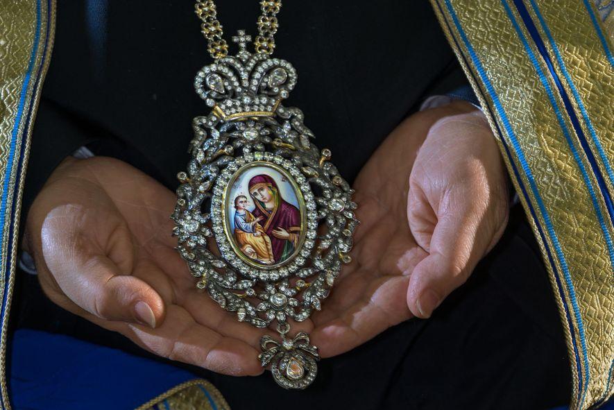 ThéophileIII, patriarche grec orthodoxe de Jérusalem et de toute la Palestine, porte un encolpion (médaillon) serti ...