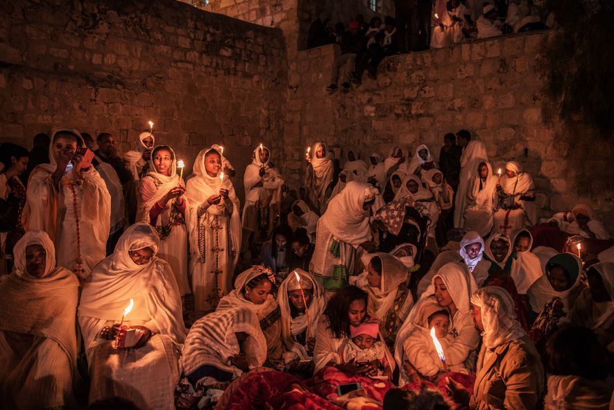 Les pèlerins orthodoxes éthiopiens célèbrent Pâques au sommet de l'église du Saint-Sépulcre. Dans une longue dispute ...