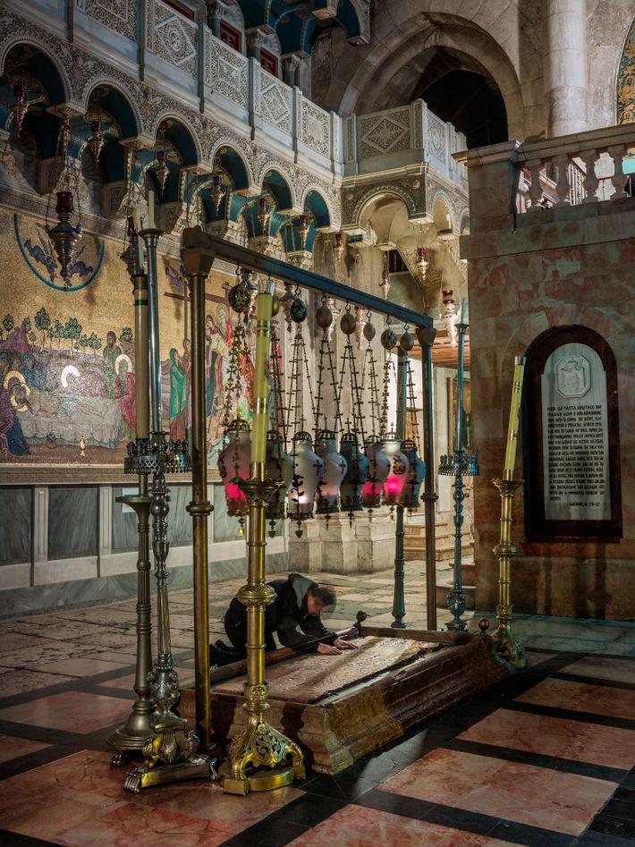 Un pèlerin s'incline sur la Pierre de l'onction, dans l'église du SaintSépulcre. C'est sur cette pierre ...
