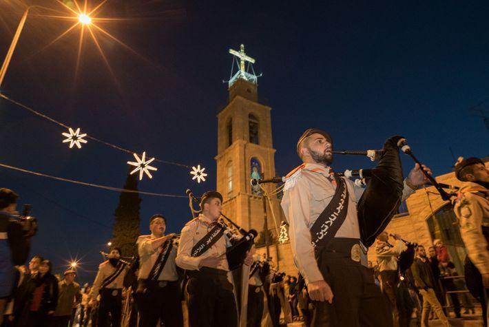 Les chrétiens palestiniens défilent dans les rues de Bethléem à Noël, célébré par différentes confessions à ...