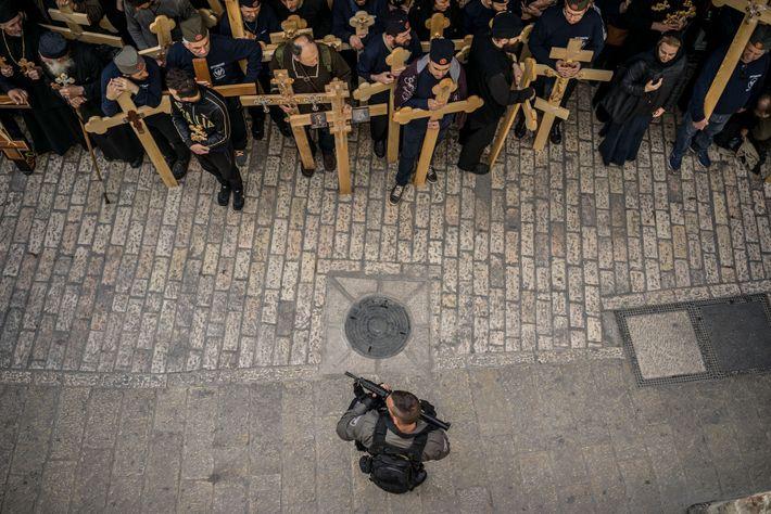 Des foules de pèlerins originaires de divers pays convergent vers Jérusalem à Pâques - un mélange ...