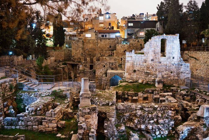 Selon l'Évangile de Jean, Jésus guérit un paralytique dans la piscine de Bethesda, à Jérusalem, un ...
