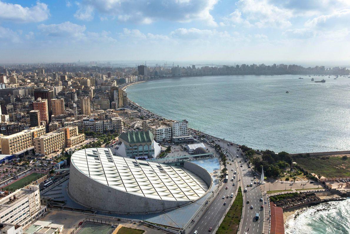 La Bibliotheca Alexandrina vaut le détour : celle-ci dispose d'une salle de lecture sur plusieurs niveaux ...