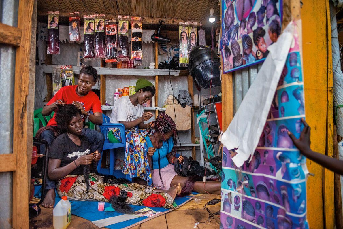 Knight Mai (à gauche) et Florence Stima (à droite), toutes deux Soudanaises du Sud, travaillent dans ...