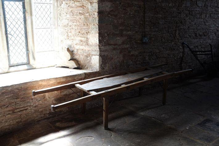 Un vieux brancard en bois, utilisé pour transporter les cercueils, dans une église de village.