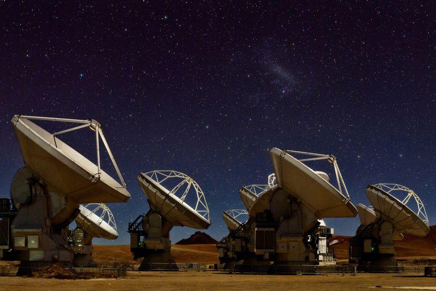 Le ciel nocturne scintille au-dessus des 66 antennes radioélectriques du réseau ALMA (Large Millimeter / Sub-millimeter ...