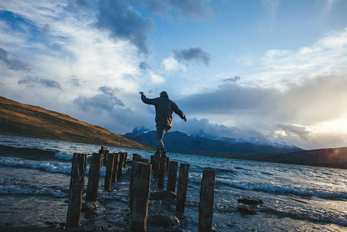 Un homme franchit le lagon bleu, dit « Laguna Azul ».
