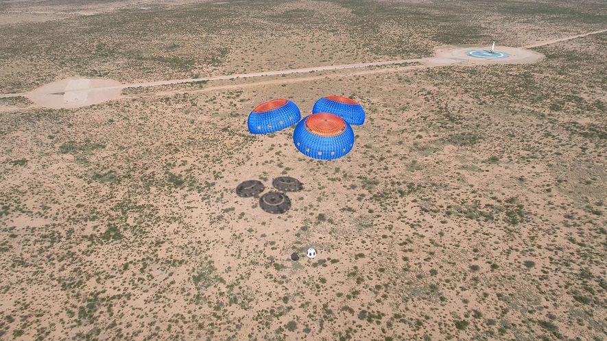 Des parachutes assurent l'atterrissage en toute sécurité de la capsule d'équipage du vaisseau New Shepard conçu par Blue Origin après un vol d'essai sans équipage réalisé en juillet 2018.