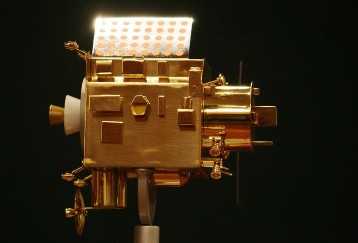 Une maquette de Chandrayaan-1 est exposée lors d'une conférence de presse donnée au centre spatial Satish-Dhawan ...