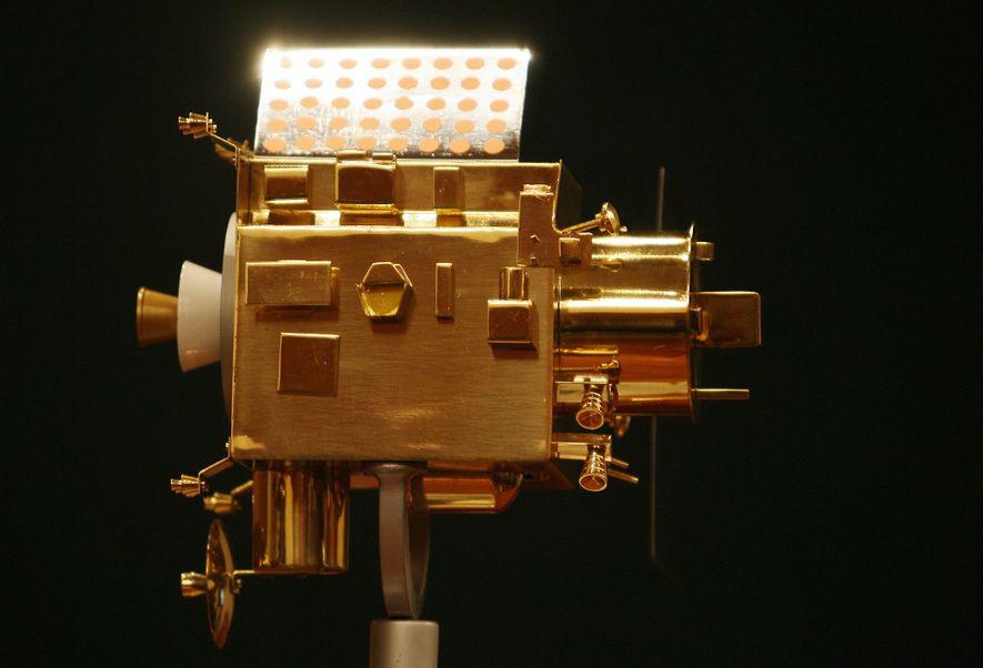 Une maquette de Chandrayaan-1 est exposée lors d'une conférence de presse donnée au centre spatial Satish-Dhawan le 22 octobre 2008, peu de temps après le lancement réussi du véritable engin spatial, la première sonde lunaire lancée par l'Inde.