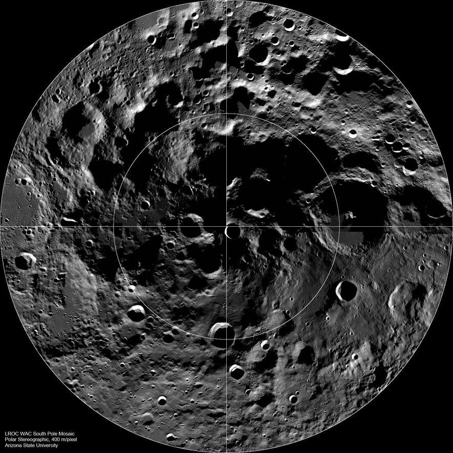Cette image recomposée à l'aide des données de la sonde Lunar Reconnaissance Orbiter montre les obscures profondeurs des cratères du pôle sud de la Lune.