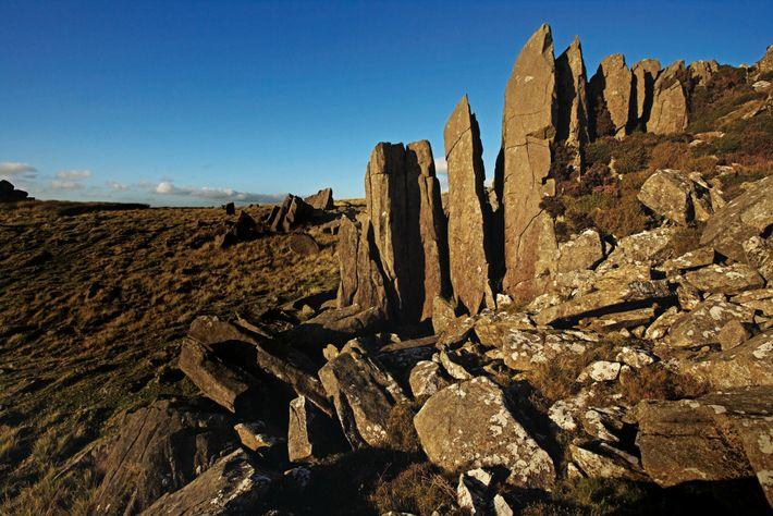 Les dolérites font saillie dans les collines Preseli, dans le sud-ouest du Pays de Galles. Dans les ...