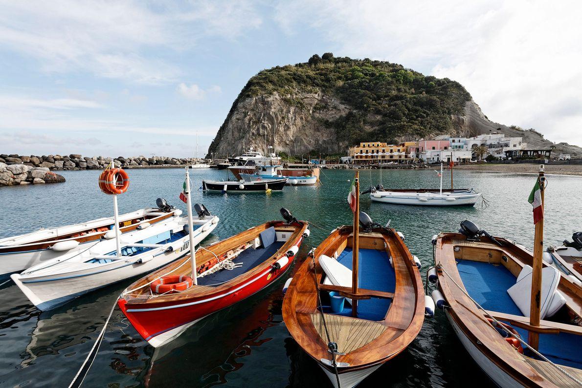 Ces bateaux de pêche sur le port de Sant'Angelo approvisionnent les restaurants charmants du village de ...