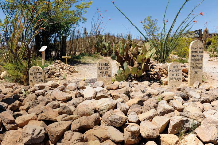 Dans le cimetière de Boothill à Tombstone, dans l'Arizona, les pierres tombales des trois hommes tués ...