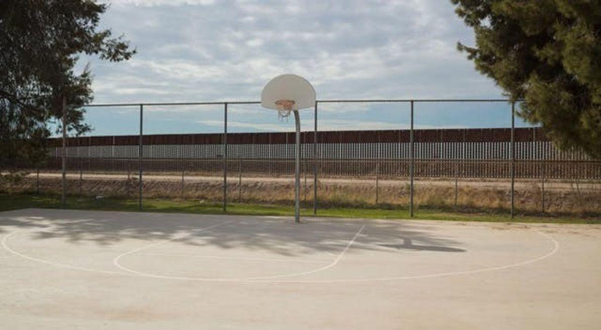 Le gardien d'un terrain de jeux de l'Arizona regrette qu'un mur lui gâche le coucher du ...