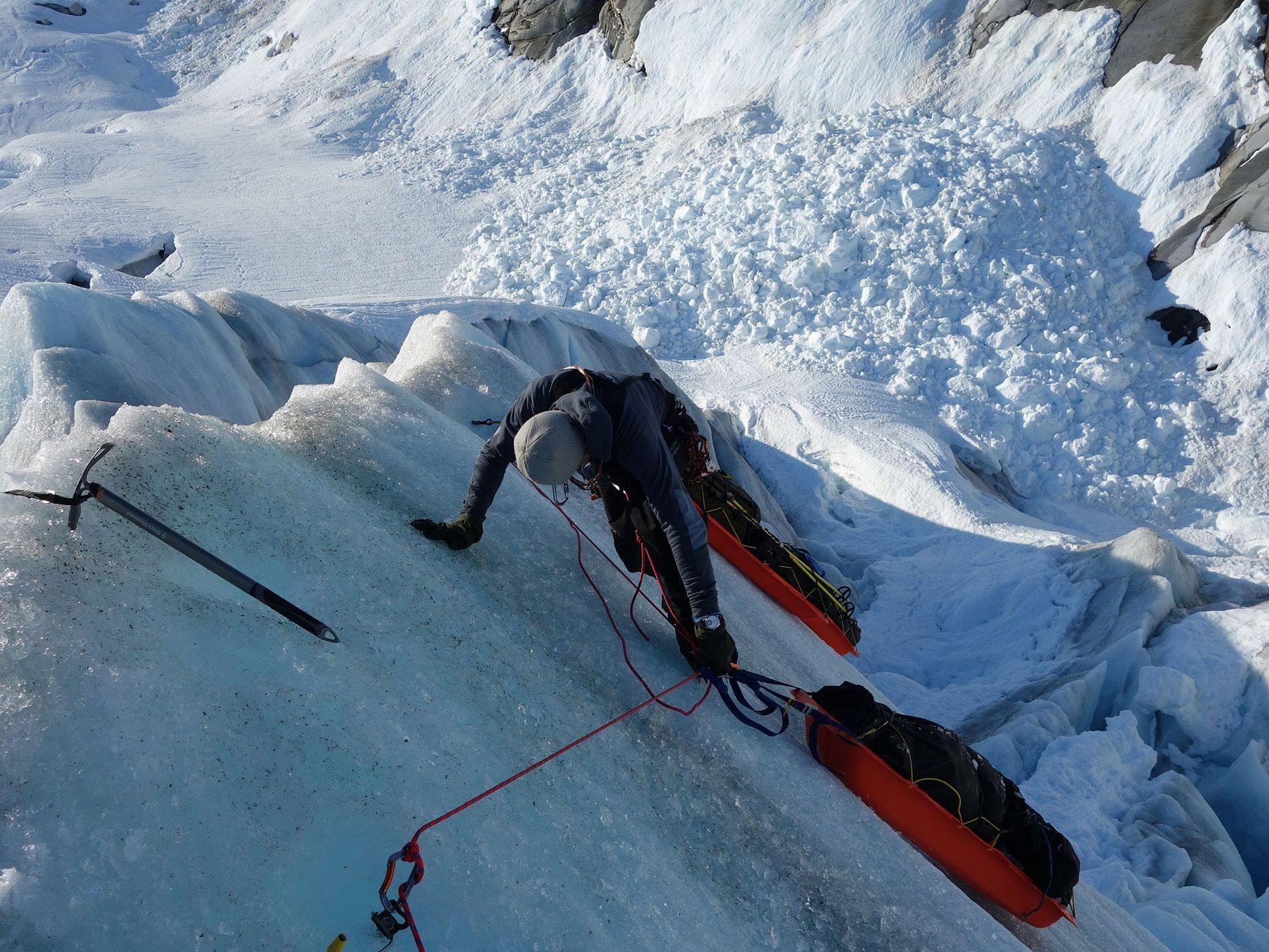 L'explorateur polaire Børge Ousland parcourt actuellement les 20 plus grands glaciers du monde pour documenter les effets du changement climatique. Sur cette photo prise sur le glacier Stikine en Alaska, il lutte pour faire avancer son traîneau.
