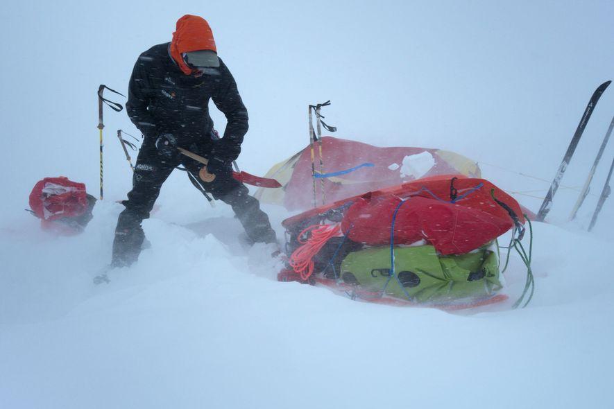 Pendant leur expédition en Alaska, les conditions météo étaient un défi de chaque instant et ils devaient parfois faire face à de soudaines chutes de neige de plusieurs dizaines de centimètres.