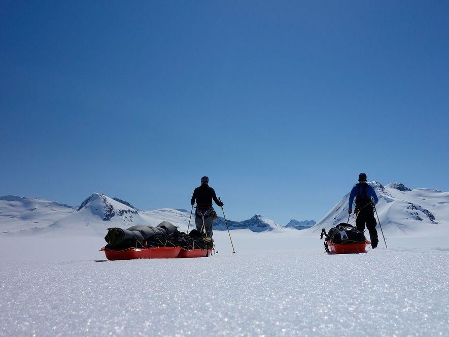 Les deux explorateurs posent pour un autoportrait par une journée dégagée sur le glacier Stikine. Au cours de leurs expéditions sur les plus grands glaciers du monde, Ousland et Colliard ont constaté d'importants changements dans la glace par rapport à leurs précédentes aventures dans ces mêmes régions.