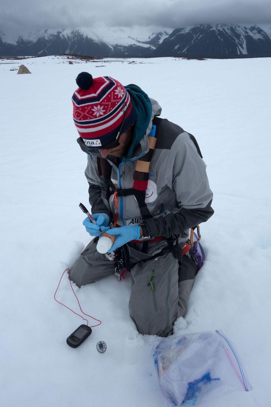 Vincent Colliard inscrit les coordonnées géographiques sur un échantillons de neige destiné à l'université de l'Alaska à Anchorage. Ces informations seront utilisées pour suivre les impacts du changement climatique sur les calottes glaciaires.