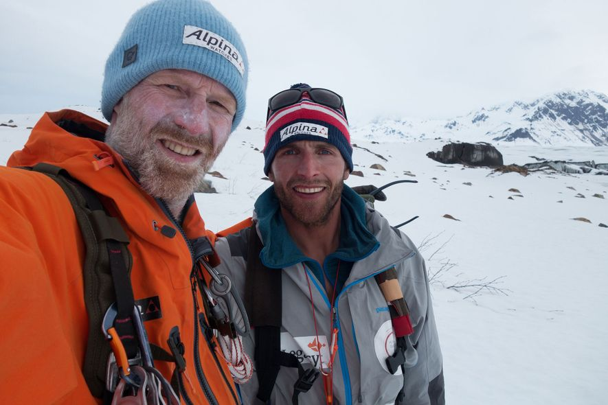 Børge Ousland et Vincent Colliard prennent la pose après avoir traversé le champ de glace de la chaîne de montagnes Saint-Élie, en Alaska, le plus grand des États-Unis et le deuxième plus vaste au monde. Les deux aventuriers espèrent que leur projet Ice Legacy permettra au grand public de saisir les enjeux de la fonte des glaces de façon plus concrète.