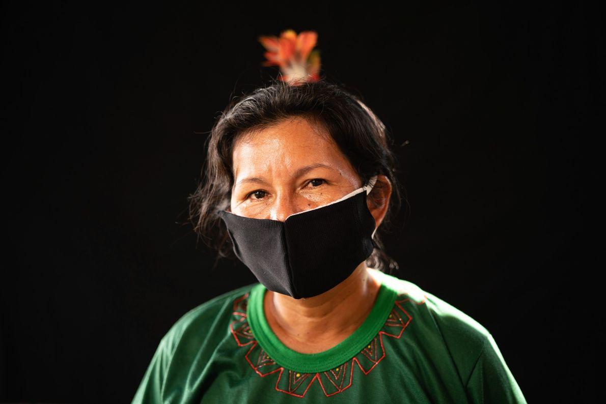 Une femme du peuple Karapanã porte un masque artisanal dans l'espoir de se protéger contre le ...