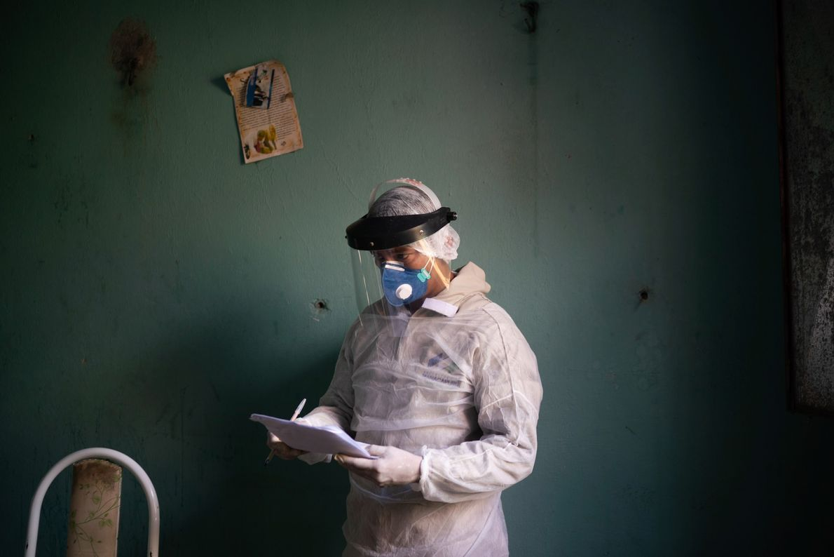 Un soignant se prépare à réaliser un test COVID-19 à Manacapuru, dans l'état brésilien d'Amazonas. Bien ...