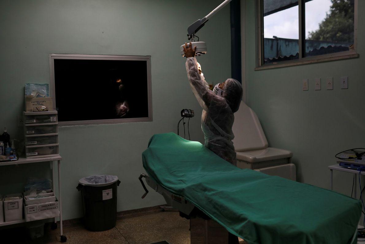 Infirmière de la tribu Uitoto, Vanderlecia Ortega dos Santos prépare une salle d'examen pour les malades ...