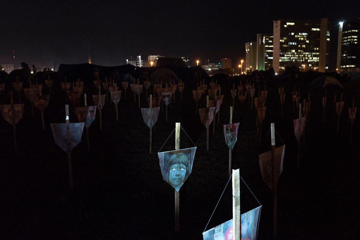 À Brasilia, cette installation artistique commémore les Natifs tués au Brésil en 2019. Son montage coïncidait ...
