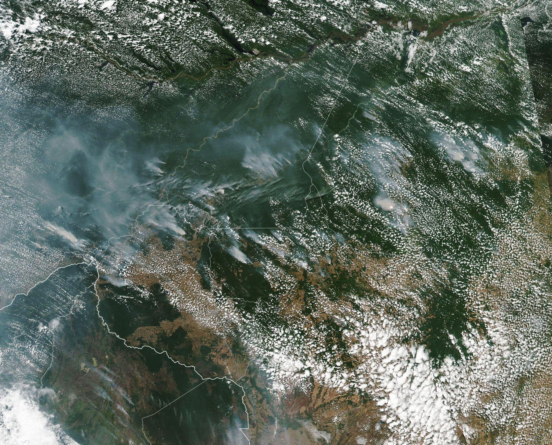 Sur cette photo satellite prise par la NASA, on distingue clairement la fumée engendrée par l'incendie qui ravage la forêt amazonienne.
