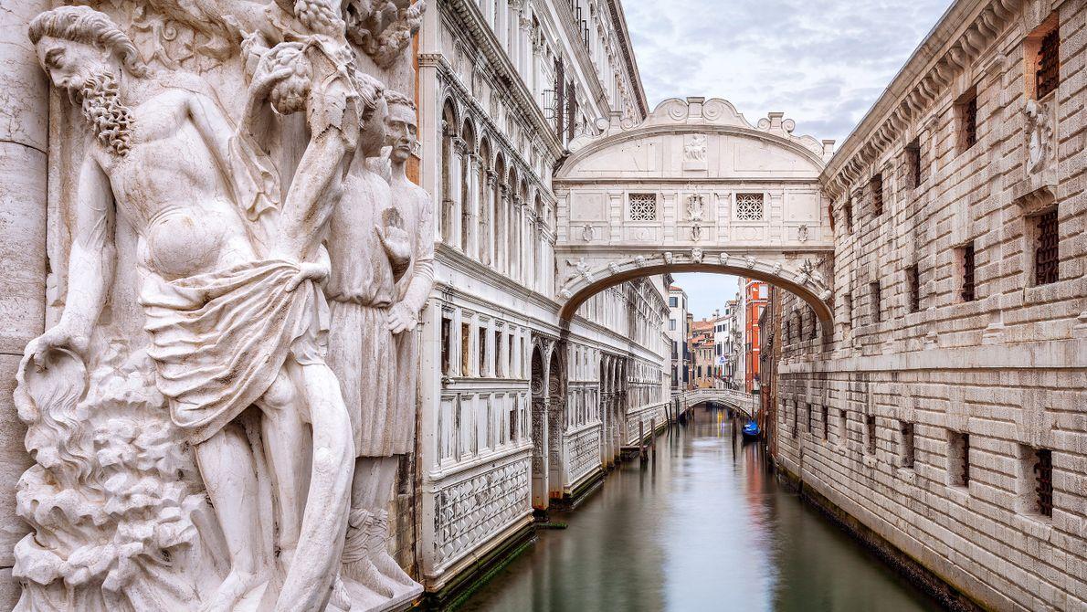 Pour admirer les mascarons datant du 17e siècle situés sous le Pont des Soupirs à Venise, ...