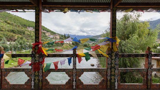 Ces drapeaux de prières aux tons colorés apparaissent fréquemment dans le paysage du Bhoutan, un pays ...