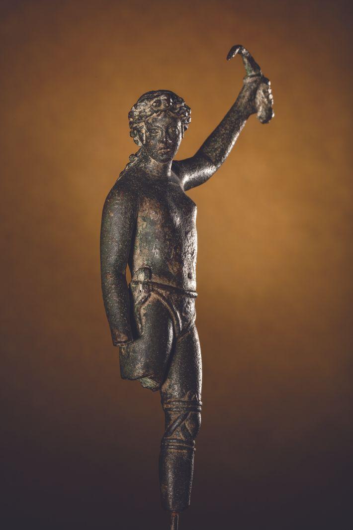 Cette statue en bronze figure une gladiatrice qui brandit sa dague courbe après sa victoire, selon certains ...