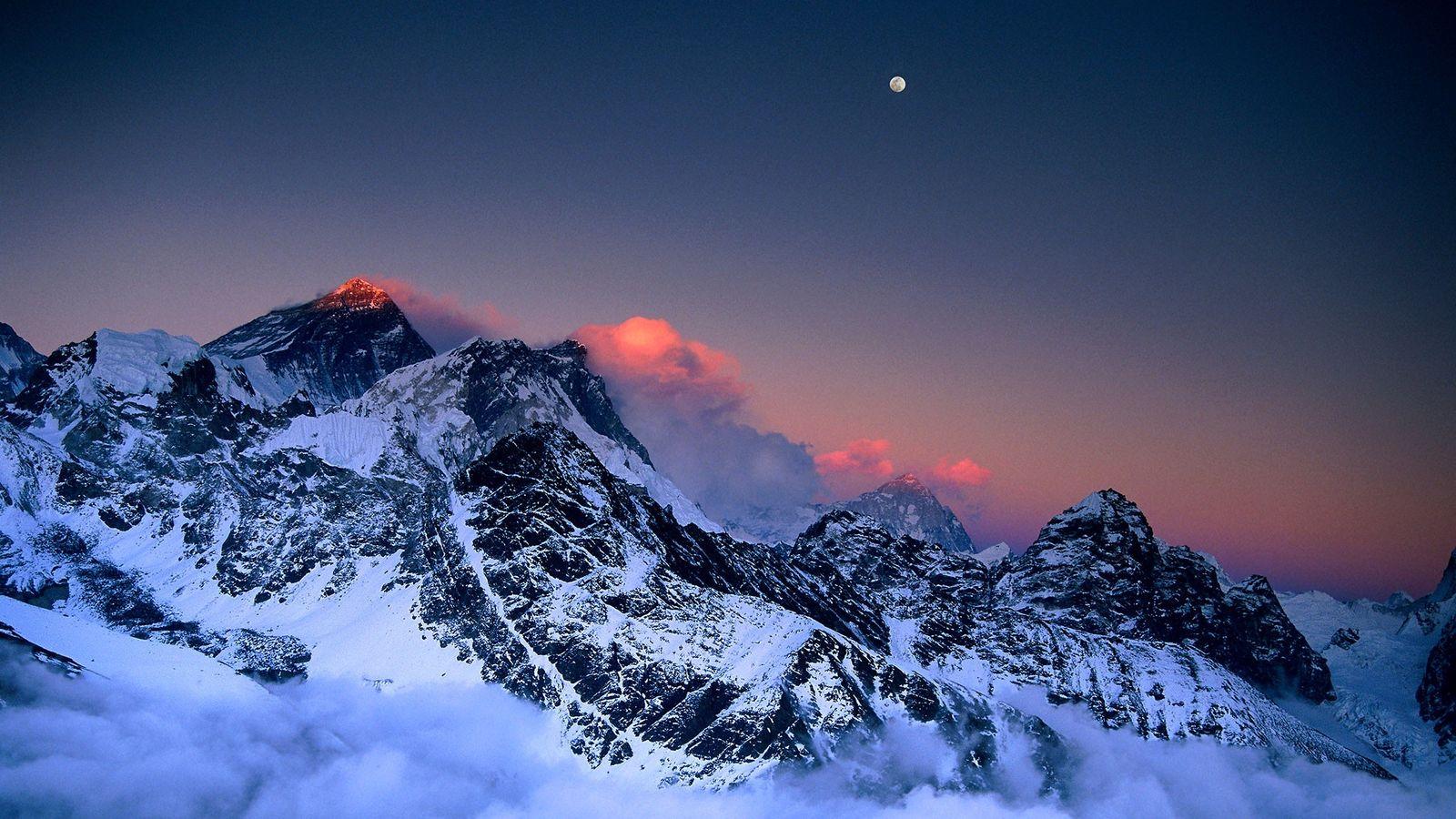 Au coucher de soleil, la lune illumine le mont Everest