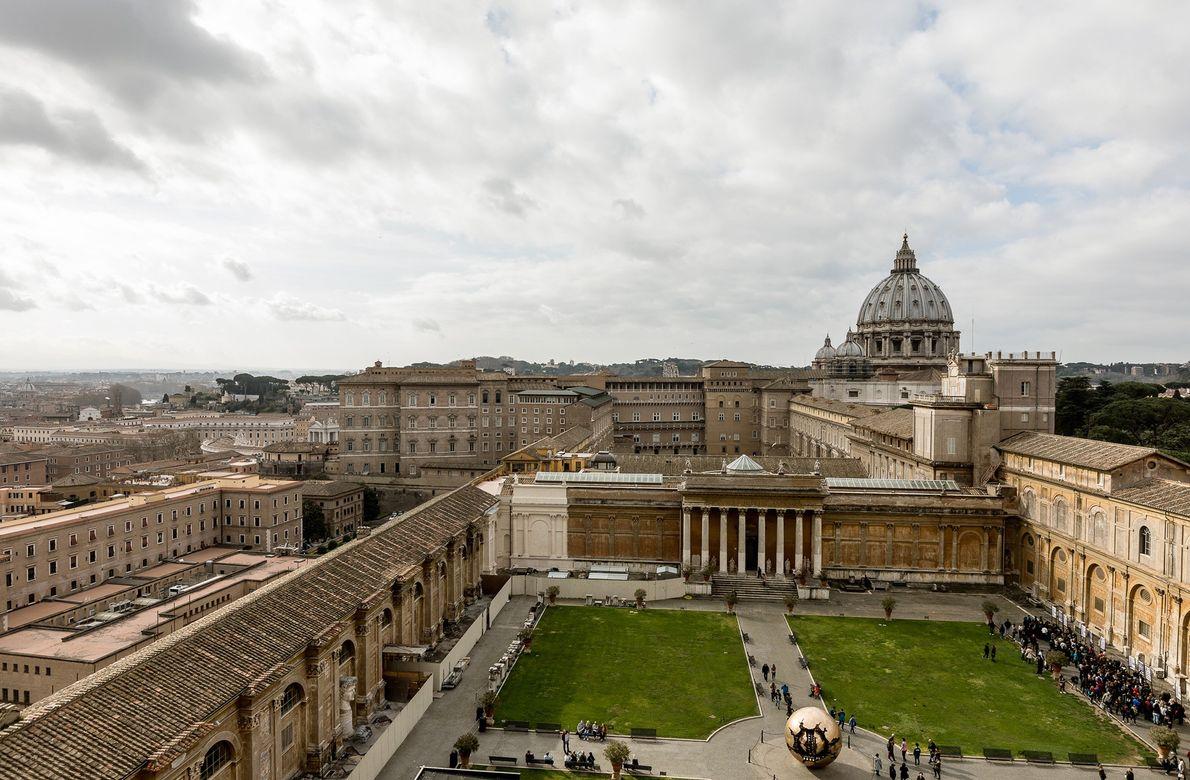 Chaque jour, 28 000 personnes visitent le Vatican. Sur cette photo, des groupes de touristes traversent ...