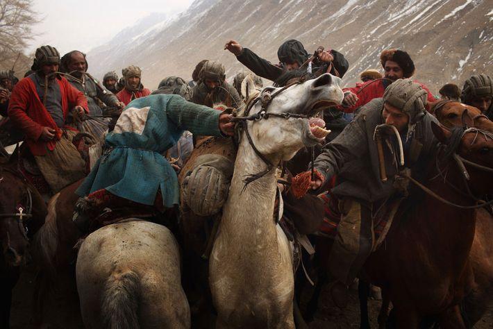 Au cours d'une partie de buzkashi, les chapandaz, ou cavaliers, rivalisent pour prendre possession d'une carcasse ...