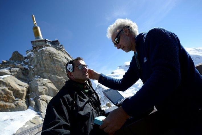 Emmanuel Cauchy (à droite) ausculte un alpiniste en avril 2013 au sommet de l'Aiguille du Midi