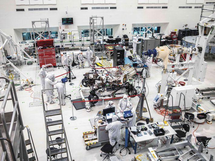 Avant le lancement, des équipes du Jet Propulsion Laboratory de la Nasa, à Pasadena, en Californie, ...