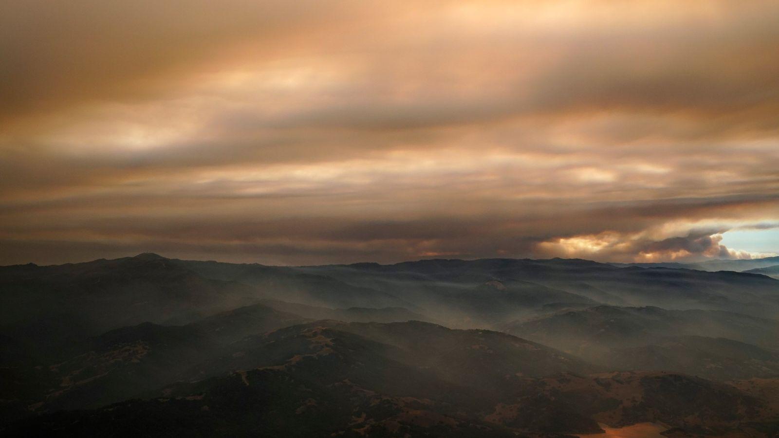 La fumée d'un incendie de forêt emplit l'air au-dessus de la Silicon Valley dans cette vue ...