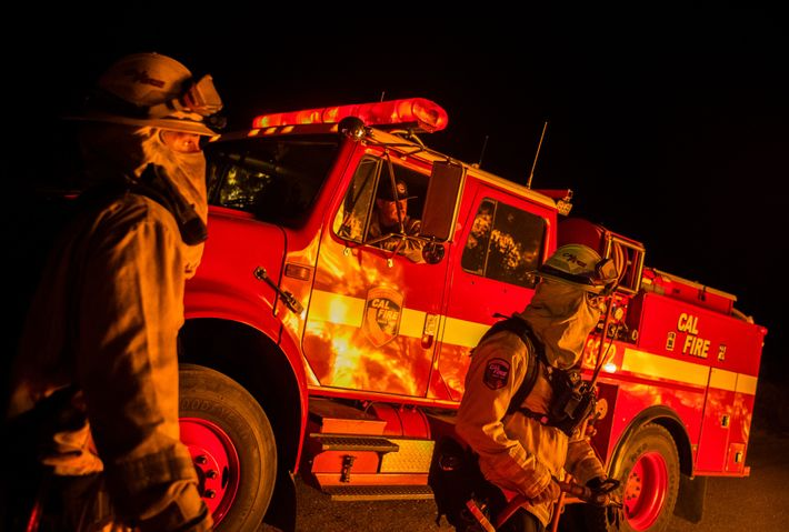 Alors que les brasiers éclatent de part et d'autre du Golden State, les pompiers et leurs ...