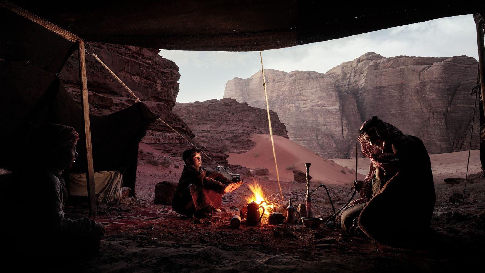 Ar Rimal – Wadi Rum, Jordanie, 2018 - Après avoir installé leur campement au milieu des ...