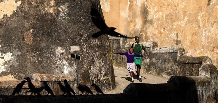 Complicité enfantine, Fort Jésus - Patrimoine mondial de l'Unesco, Mombasa, Kenya, 2019 - Au détour d'une ...