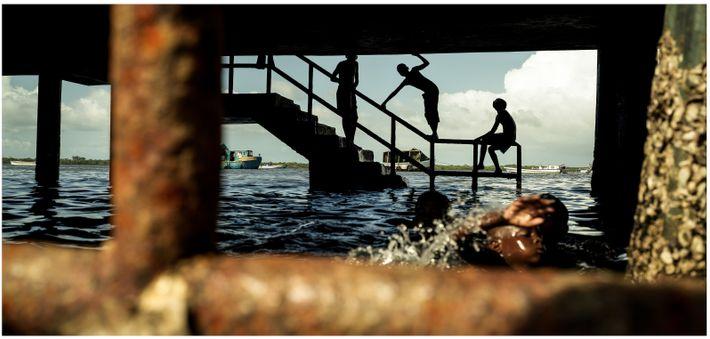 Baignade à l'embarcadère, Lamu, Kenya, 2019 - L'embarcadère principal de Lamu, qui accueille les navires / ...