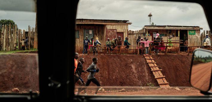 La course, Iten, Kenya, 2019 - Sous les regards admiratifs des enfants du coin qui rêvent ...
