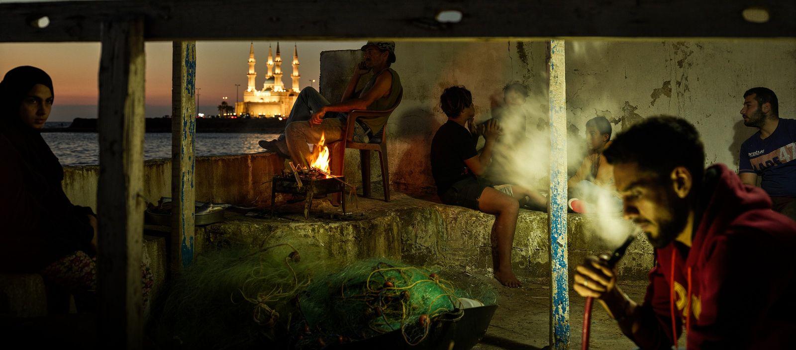 Tripoli, Liban, 2018. Le soir venu les habitants du quartier se retrouvent sur la corniche de ...